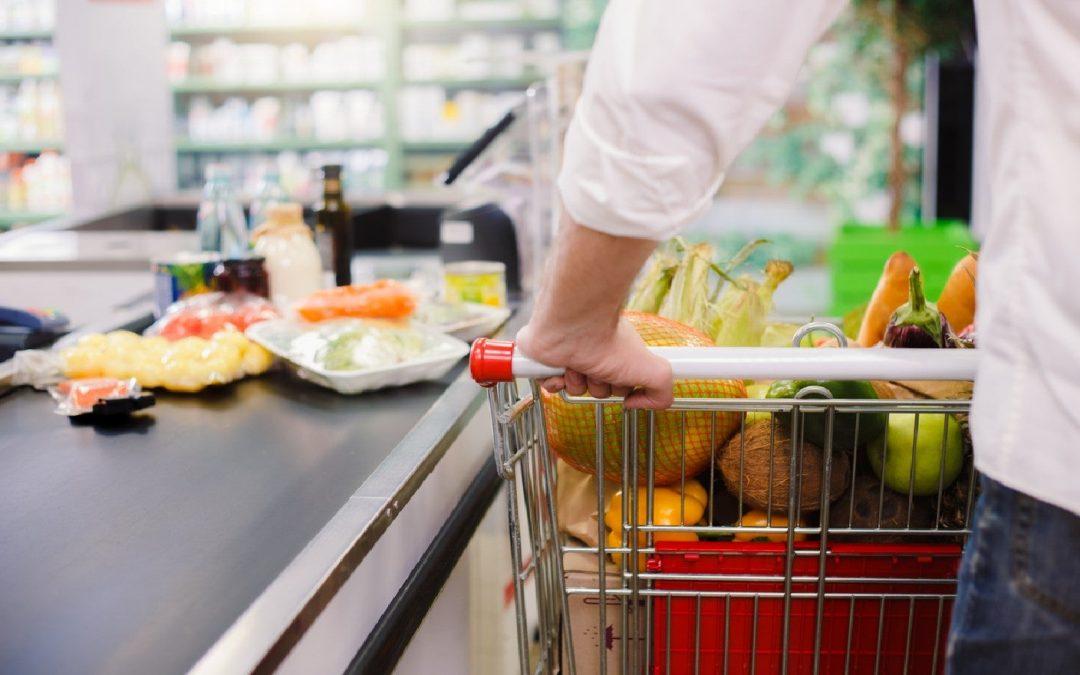 Hombre en la caja de un supermercado haciendo compras